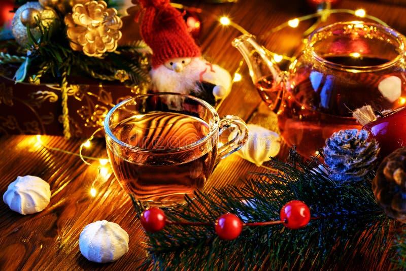 Decoración del ` s del Año Nuevo: merengue, taza de té y de decoraciones de la Navidad fotos de archivo