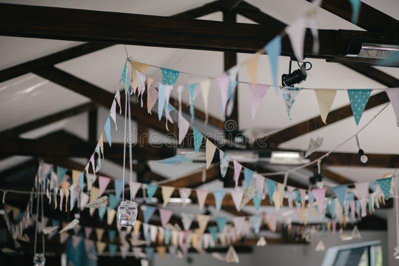 Decoración del techo con las banderas y las bombillas de papel foto de archivo