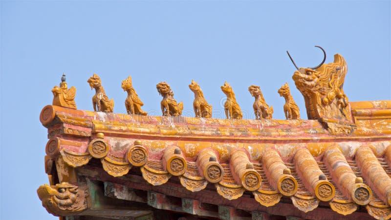 Decoración del tejado con las pequeñas estatuillas en Pekín foto de archivo libre de regalías