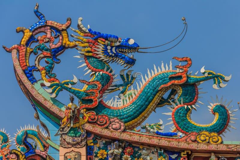 Decoración del tejado del templo del dragón foto de archivo