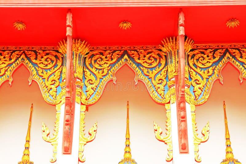 Decoración del tejado en Wat Tham Bucha, Surat Thani, Tailandia fotografía de archivo