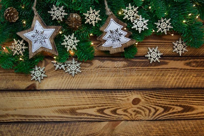 Decoración del vintage de la Navidad con la rama del abeto en fondo de madera oscuro fotografía de archivo