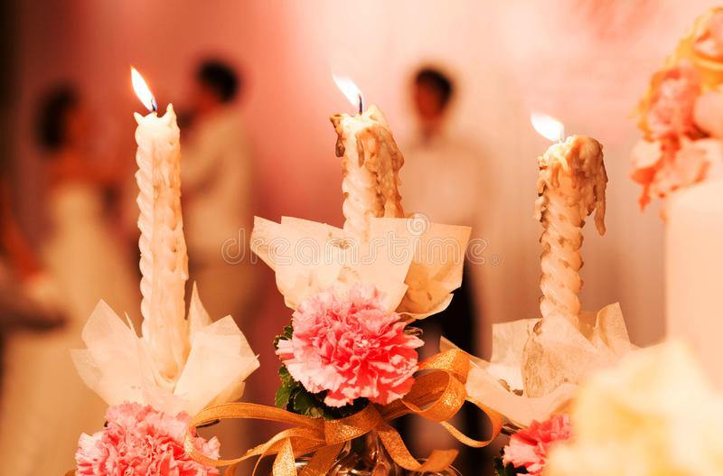 Decoración en la tabla que se casa con la vela, florero de Rose, libro, pluma en matrimonio cristiano Ceremonia de boda en iglesi foto de archivo