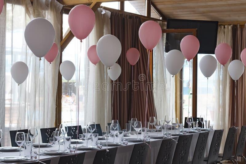 Decoración en pasillo del banquete en el restaurante para un evento solemne Concepto: Servicio celebración aniversario boda fotos de archivo