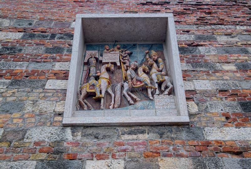 Decoración escultural medieval en temas de la historia húngara imagenes de archivo