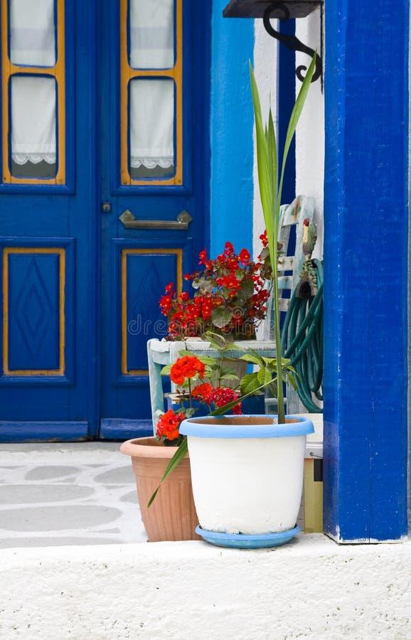 Decoración exterior de flores y de potes en el estilo griego foto de archivo