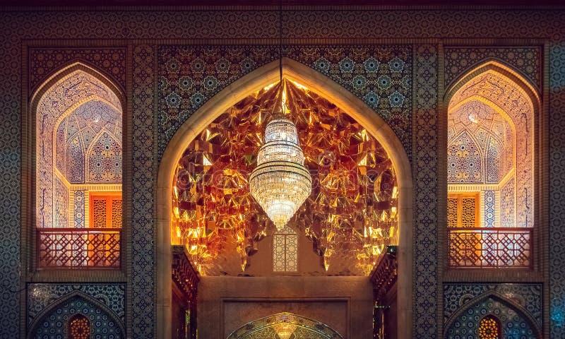 Decoración exterior de la entrada del mausoleo Shah Cheragh con mosaicos espejo Irán, Shiraz fotos de archivo