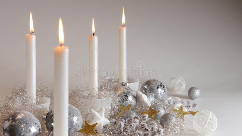 Decoración festiva de la Navidad con cuatro luces de una vela, las bolas del brillo y el pelo sparcling del ángel fotografía de archivo libre de regalías