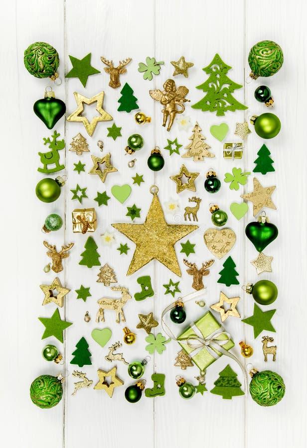 Decoración festiva de la Navidad en el co verde claro, blanco y de oro fotos de archivo libres de regalías