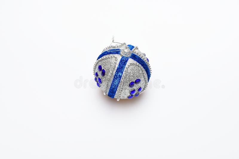 Decoración festiva para el árbol de navidad, bola de plata con los diamantes artificiales azules, aislados en el fondo blanco Nav fotografía de archivo libre de regalías