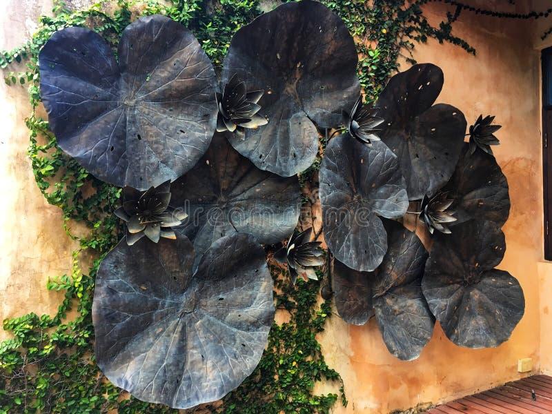 Decoración grande de las hojas del loto de la cuba de tintura del pellizco en la pared anaranjada imagenes de archivo