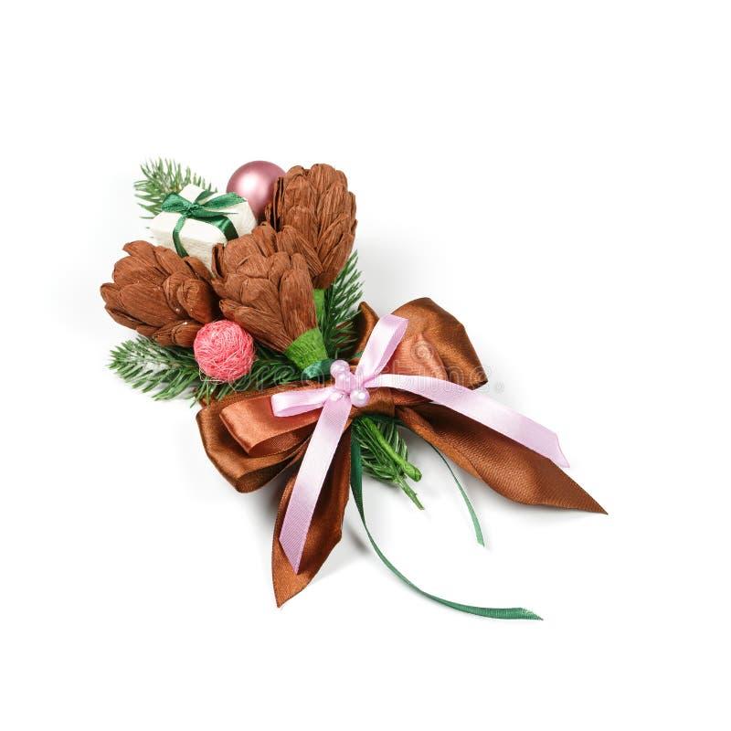 Decoración hecha a mano única para un regalo bajo la forma de tres flores marrones del documento y de las ramitas spruce sobre el imagen de archivo