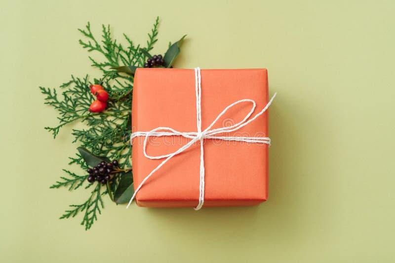 Decoración hecha a mano anaranjada del enebro de la caja de regalo del cumpleaños foto de archivo