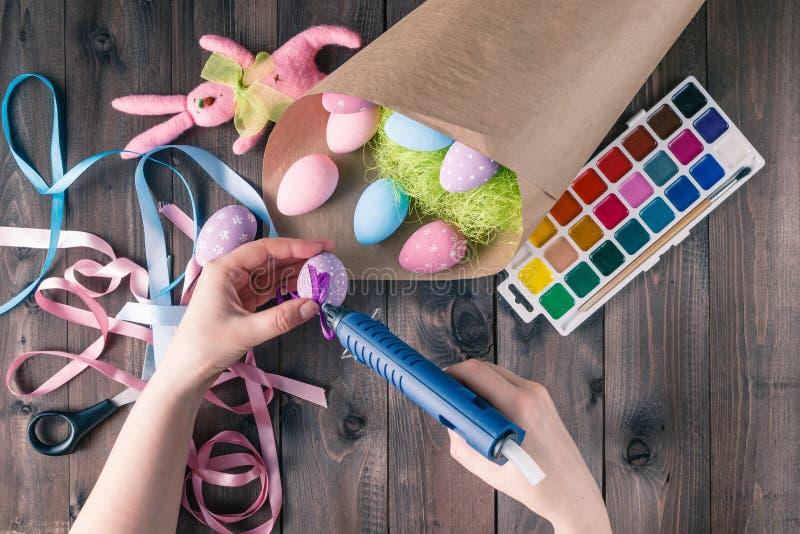 Decoración hecha a mano, concepto hecho en casa de los huevos de Pascua del ocio de la mujer imagen de archivo libre de regalías