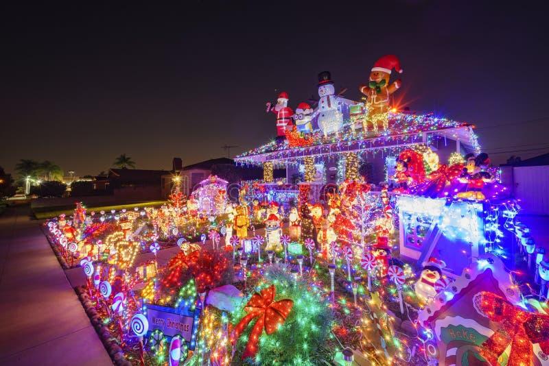 Decoración hermosa de la Navidad de la casa americana del estilo fotos de archivo libres de regalías