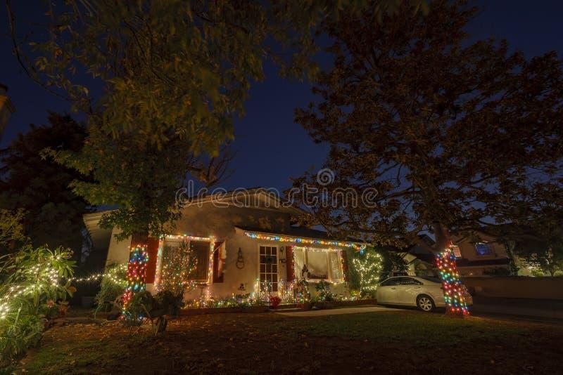 Decoración hermosa de la Navidad de la casa americana del estilo imagen de archivo libre de regalías