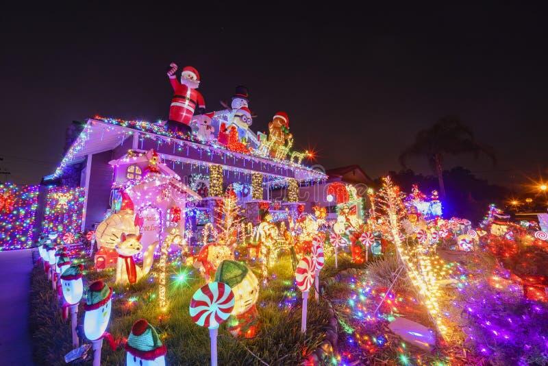 Decoración hermosa de la Navidad de la casa americana del estilo foto de archivo libre de regalías