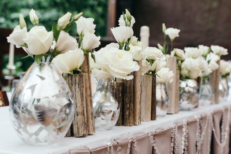 Decoración hermosa en la boda Flores en el fondo del mantel plan medio fotografía de archivo libre de regalías
