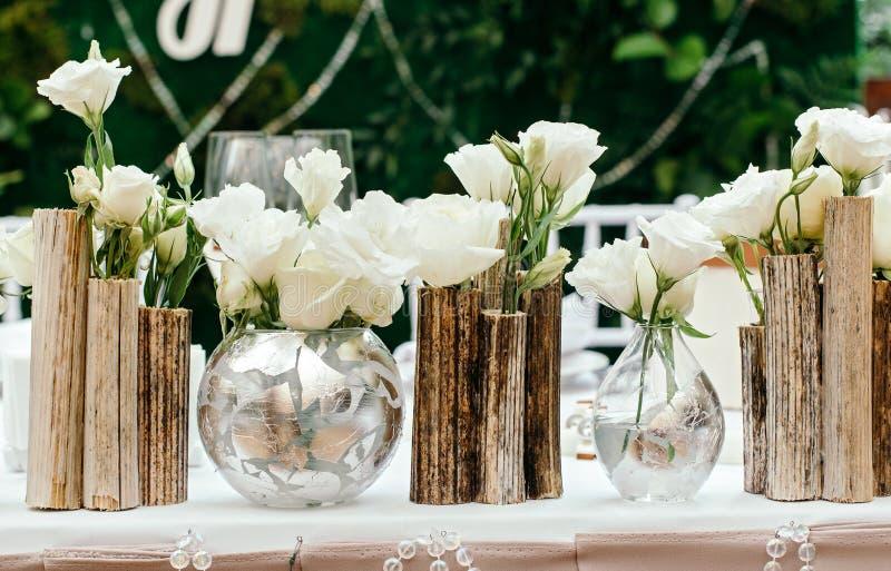 Decoración hermosa en la boda Las flores en el fondo de los tableros Primer fotografía de archivo libre de regalías