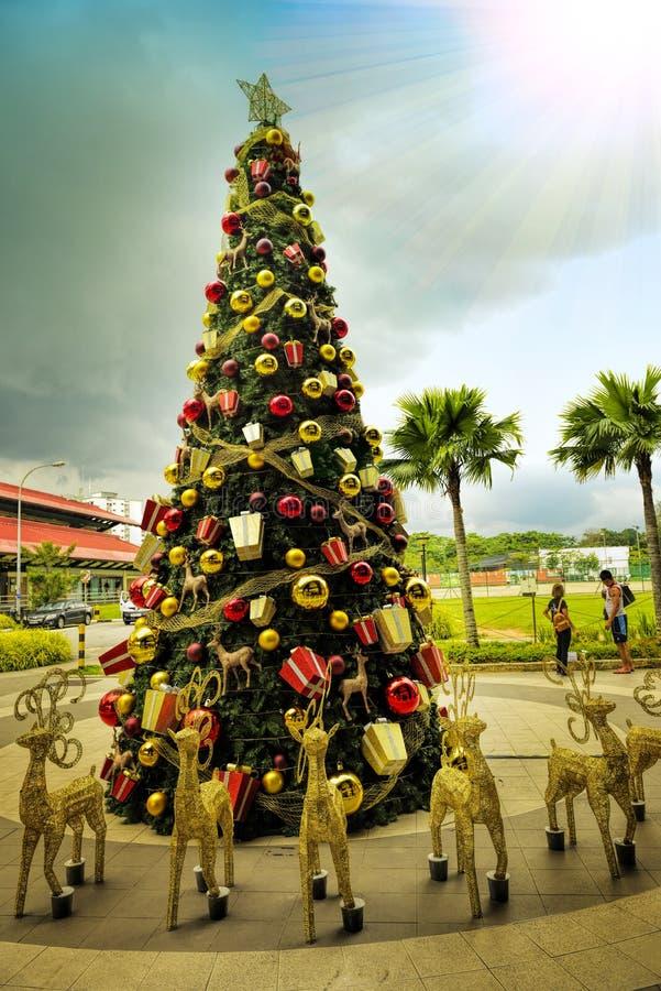 Decoración hermosa y creativa del árbol de navidad fotografía de archivo