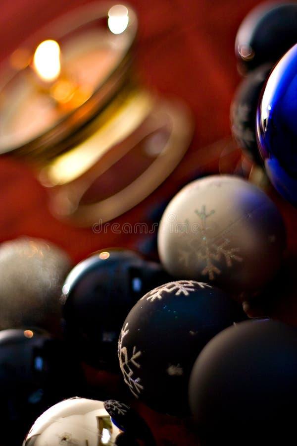 Decoración iluminada por velas de la Navidad imagenes de archivo