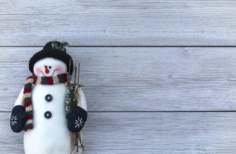 Decoración inmóvil del muñeco de nieve de la vida de la Navidad en el fondo de madera blanco del tablón fotografía de archivo