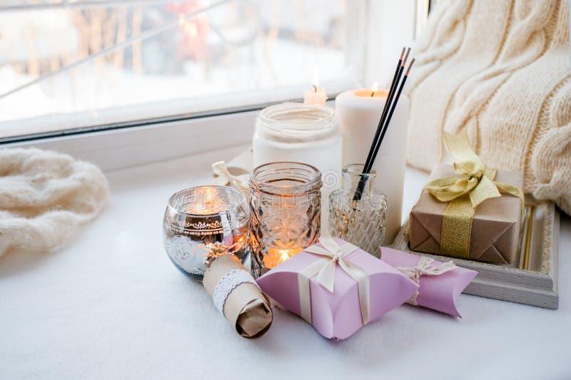 Decoración interior casera en colores marrones: tarro de cristal con el palillo del aroma, las velas y la caja de regalo romántic imágenes de archivo libres de regalías