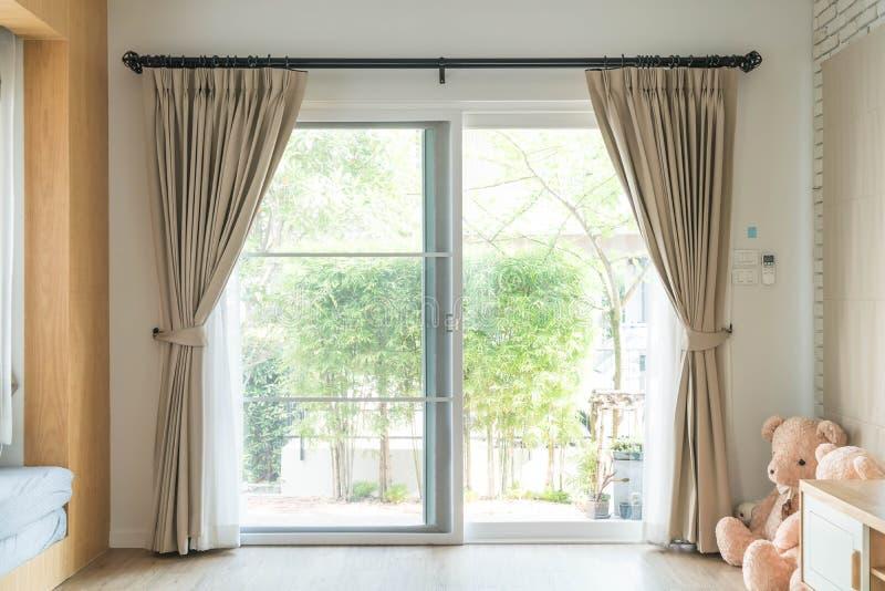 Decoración interior de la cortina en sala de estar foto de archivo libre de regalías