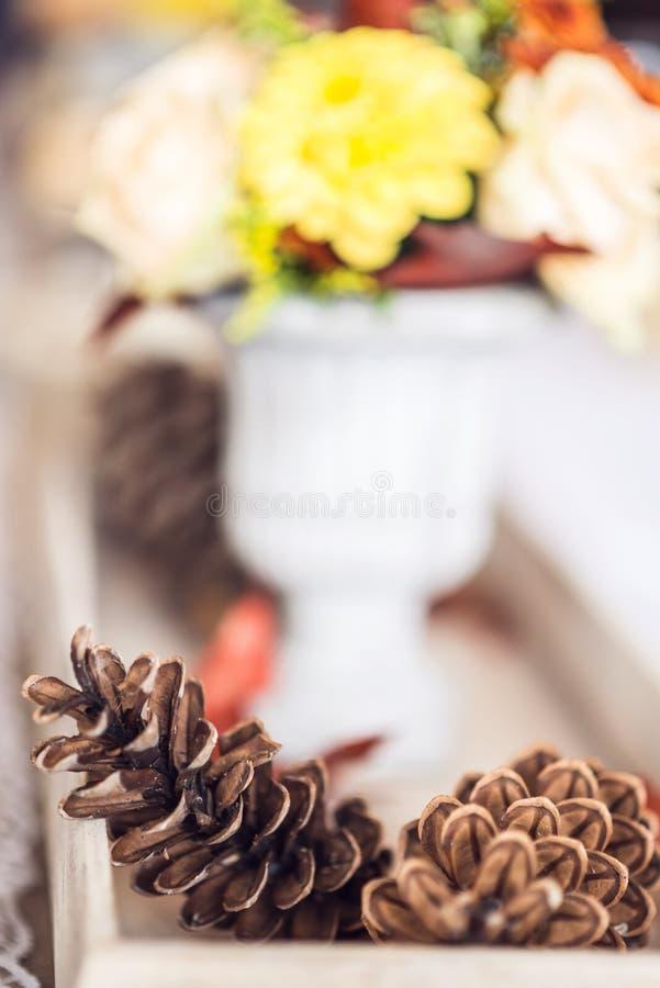 Decoración interior de la tabla del restaurante hermoso para casarse o el evento Colores del otoño de la decoración de la tabla d imagenes de archivo