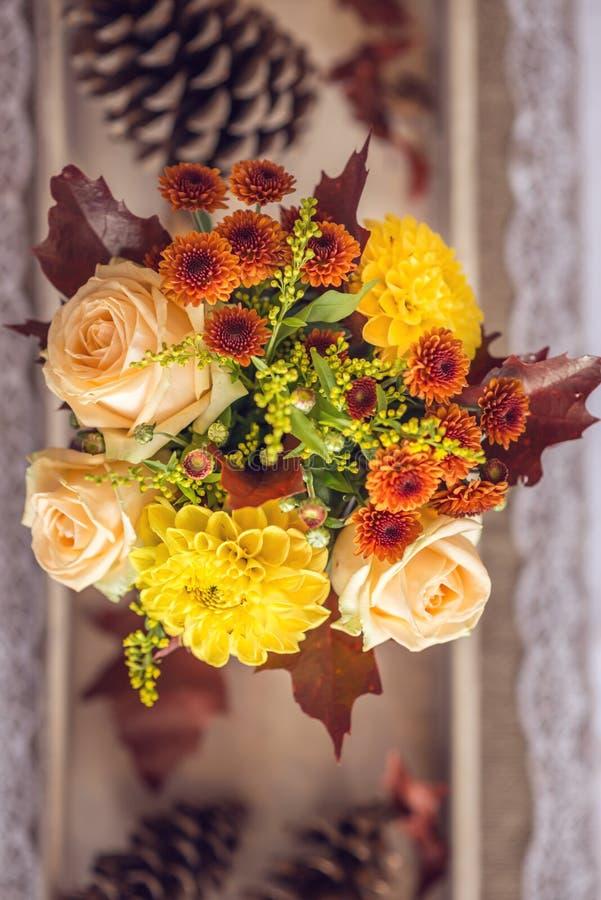 Decoración interior de la tabla del restaurante hermoso para casarse o el evento Colores del otoño de la decoración de la tabla d foto de archivo