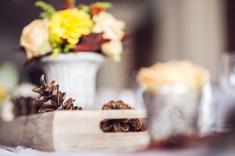 Decoración interior de la tabla del restaurante hermoso para casarse o el evento Colores del otoño de la decoración de la tabla d fotos de archivo