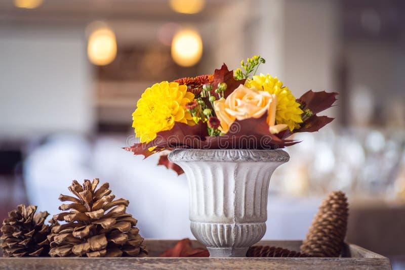 Decoración interior de la tabla del restaurante hermoso para casarse o el evento Colores del otoño de la decoración de la tabla d imagen de archivo