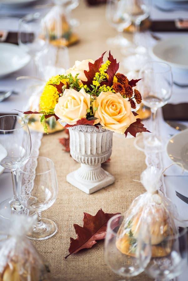 Decoración interior de la tabla del restaurante hermoso para casarse o el evento Colores del otoño de la decoración de la tabla d fotografía de archivo