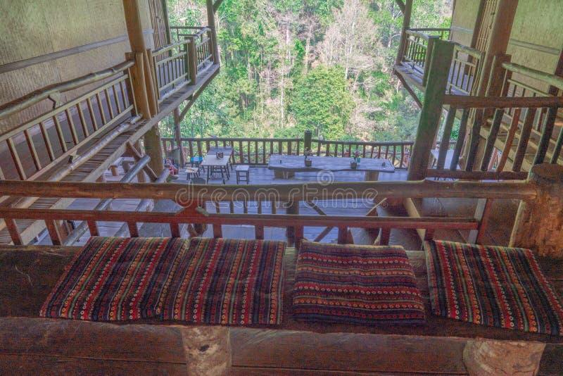 Decoración interior de una casa en el árbol de madera en pueblo de la tribu de la colina fotos de archivo