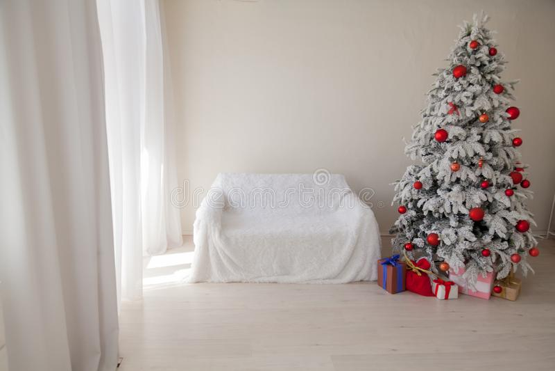 Decoración interior del invierno de los regalos de vacaciones del Año Nuevo de la casa de árbol de navidad fotografía de archivo libre de regalías