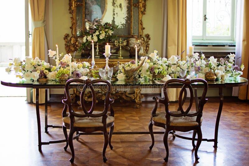 Decoración interior del sitio del vintage con la vela y las flores hechas a mano fotos de archivo