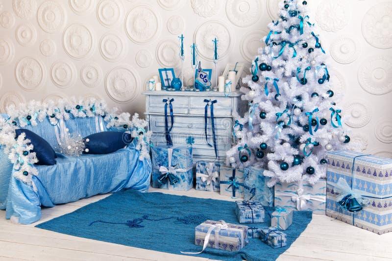 Decoración interior festiva para la Navidad en azul y blanco fotos de archivo