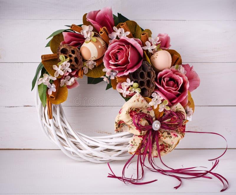 Decoración interior La guirnalda se adorna con las flores y los huevos de codornices fotos de archivo