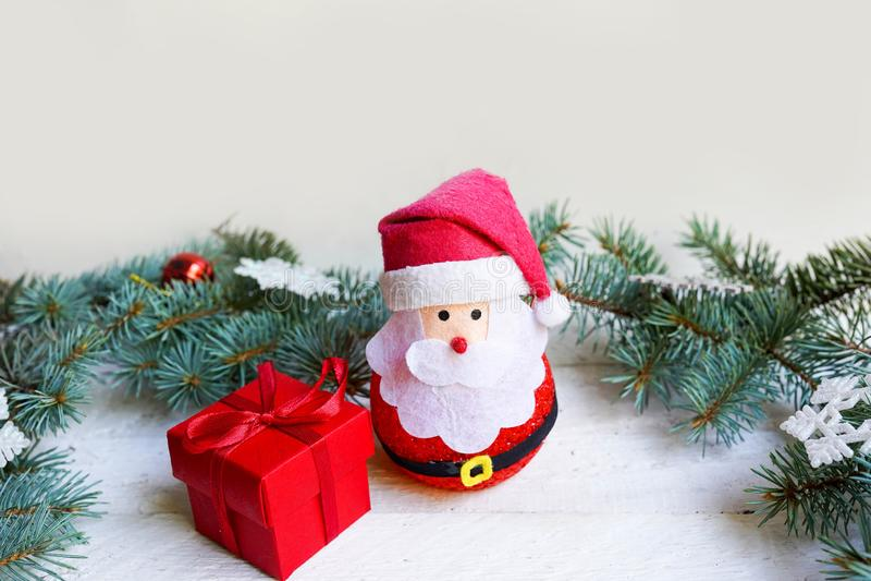 Decoración navideña regalo rojo y Santa Claus, feliz fiesta de año nuevo foto de archivo