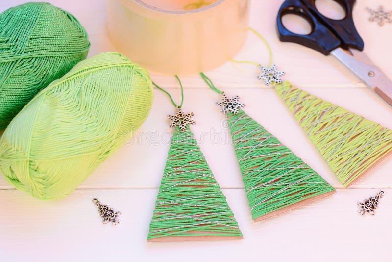 Decoración Original De Los árboles De Navidad En Una Tabla De Madera ...