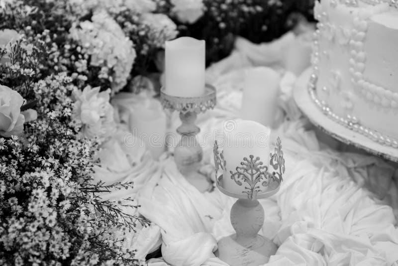 Decoración para el estilo romántico La vela y la flor arreglan en vintage fotos de archivo libres de regalías