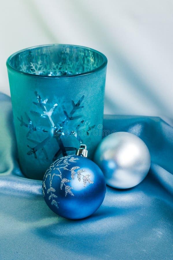 Decoración por Año Nuevo y la Navidad Vela y bolas de Navidad fotos de archivo