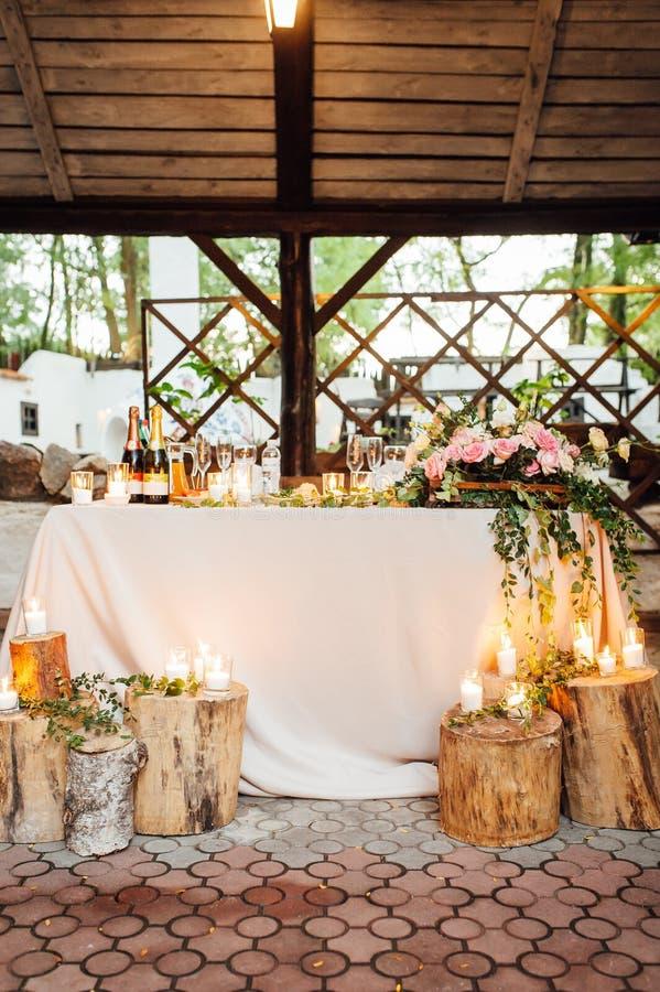 Decoración que se casa rústica en un fondo de la madera Ajuste de la tabla principal para los recienes casados de novia y del nov fotos de archivo libres de regalías