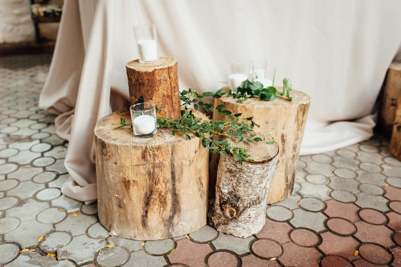 Decoración que se casa rústica en un fondo de la madera Ajuste de la tabla principal para los recienes casados de novia y del nov imágenes de archivo libres de regalías