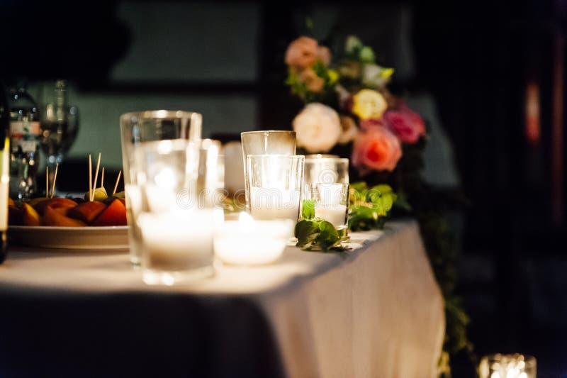 Decoración que se casa rústica en un fondo de la madera Ajuste de la tabla principal para los recienes casados de novia y del nov imagen de archivo