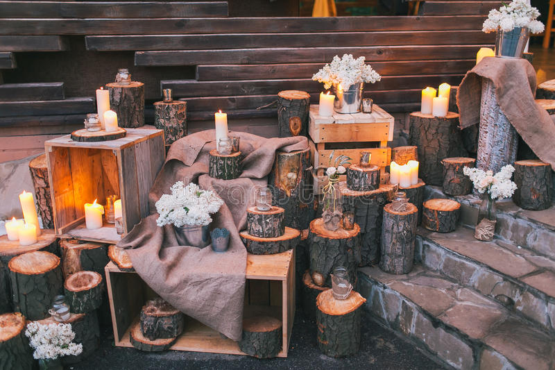 Decoración rústica de la boda, escaleras adornadas con los colectores de aceite y arra de la lila imagen de archivo libre de regalías