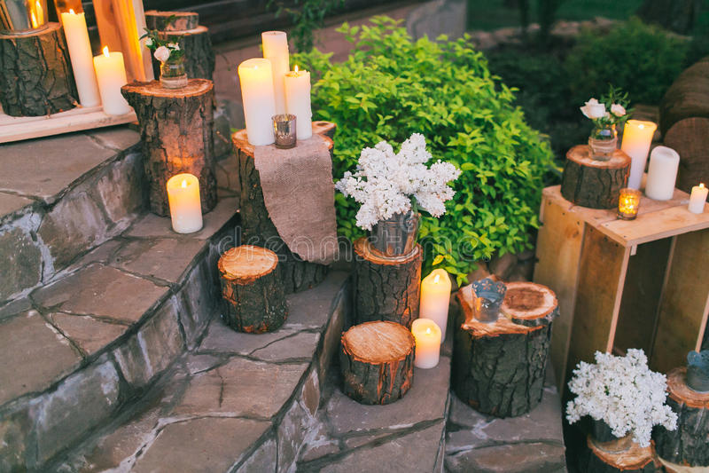 Decoración rústica de la boda, escaleras adornadas con los colectores de aceite y arra de la lila foto de archivo