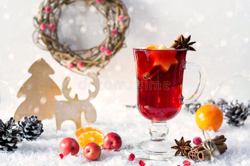 Decoración rústica de la Navidad del vintage de madera y vino rojo condimentado reflexionado sobre caliente en tarjeta de la Navi fotografía de archivo libre de regalías