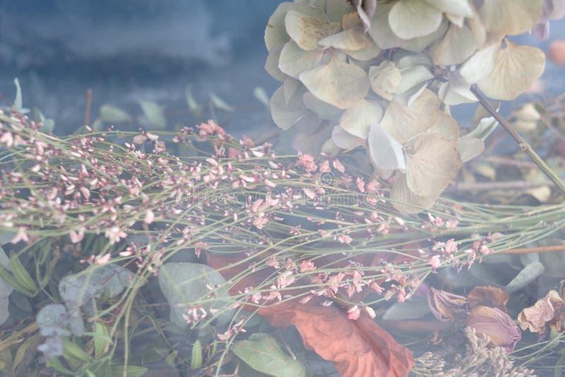 Decoración rústica del arreglo de la flor floral del fondo imagen de archivo