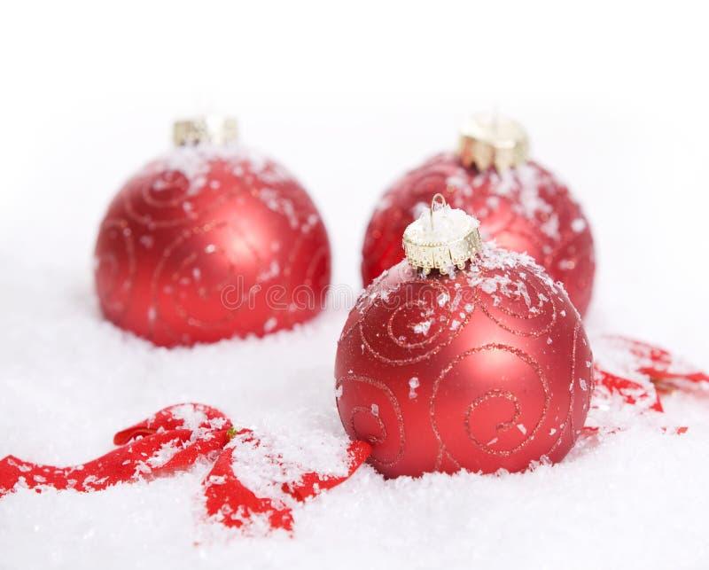 Decoración roja de la Navidad con nieve foto de archivo